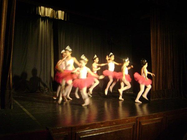 Danzas Clásicas<br>Profesora: Graciela Hoffman<br>Técnica en Danzas Clásicas<br>Niños martes y jueves de 17.30 a 18.30 hs. 8º Piso Mitre<br><br>Adultos Martes y Jueves de 16.30 a 17.30 hs,<br>Viernes 16.30 a 18 hs.<br>Sede Aldao, 8º Piso - Mitre