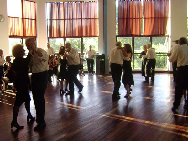 Tango Salón Profesor: Eduardo Micheli jueves y sábados. 19 a 21 hs.  Sede Aldao 8º Piso - Mitre