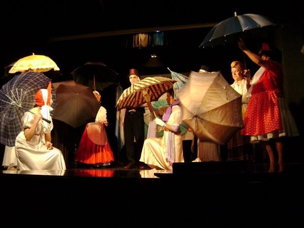 Coro Escénico<br>Director: Profesor Daniel Guzmán<br>Un espacio de expresión vocal y escénica.<br>Lunes de 17 a 20 hs.<br>Sede Aldao, 1º Piso - Perón Rincón Musical