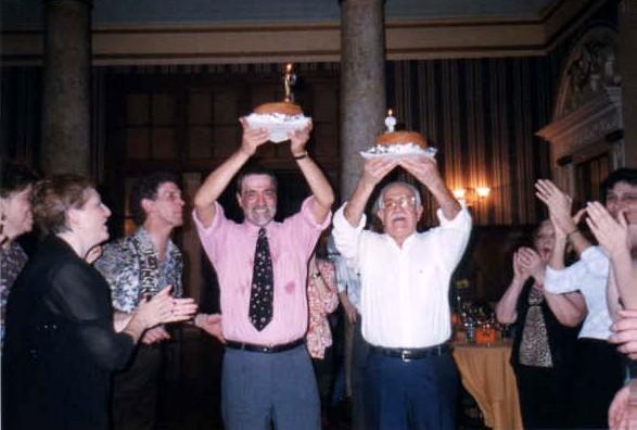 Ana María Chiesa, Juan Miguel Bressán (el profe) Eduardo Restifo, (el cumpleañero de camisa rosa) junto a él Arnaldo Ormeña, (el otro cumpleañero) atrás Alba Goldman, Esperanza Germenias y los demás son pedacitos de tangueros amontonados.