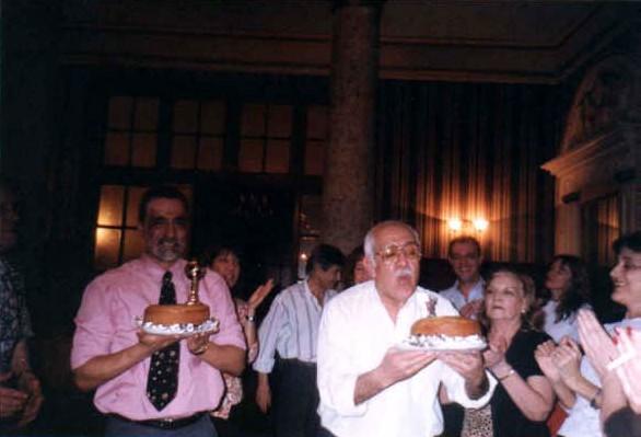 Eduardo Restifo con torta, atrás Victoria Halicki, Juan Ignacio Strassburger, adelante Arnaldo con gran soplido, junto a Alba Goldman y Esperanza Fermenias, atrás el hijo y nuera de Arnaldo la profe está detrás de la cámara y el resto de la mesa (éramos 40), no entraban...