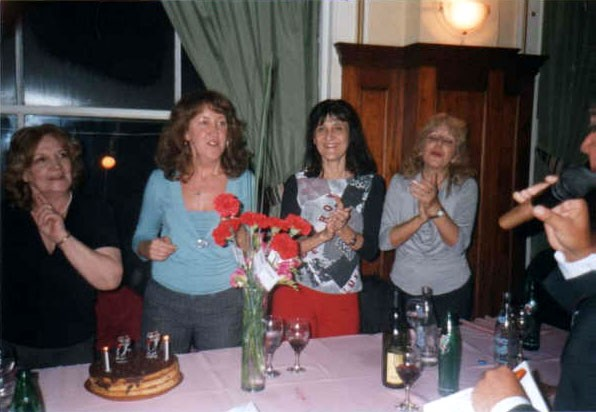 Alba Goldman (remera negra) y Ana Clara Halicky, antes de apagar las velitas, junto a Esperanza Fermenias y Lidia Bressán, la profe