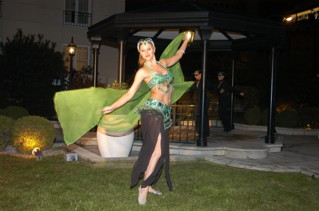 Julia Montiliengo haciendo número de Danza Árabe, gran fiesta de la Isla de CARAS, mar 31mayo2005 en la pérgola de la Mansión del Hotel Four Seasons de Buenos Aires.