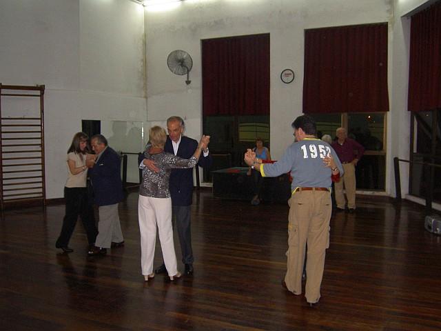 Algunas parejas de alumnos bailando en la clase