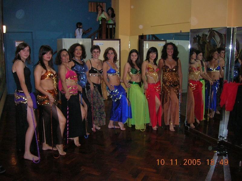 El elenco de Danza Árabe en el Geba Show 2005. La Profe Graciela Lovarvo en el extremo derecho. [Foto Alejandro Lapeyre]