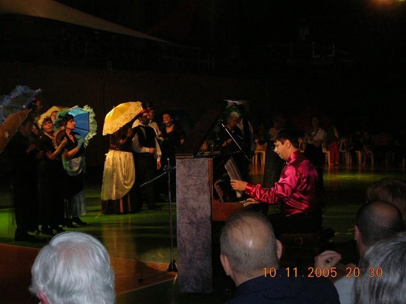 GEBA Show 2005<br>El Maestro Daniel Guzmán y Cantantes-Actores de su Clase de Geba durante la presentación del 10nov2005 en el Show.<br>[Foto Alejandro Lapeyre]