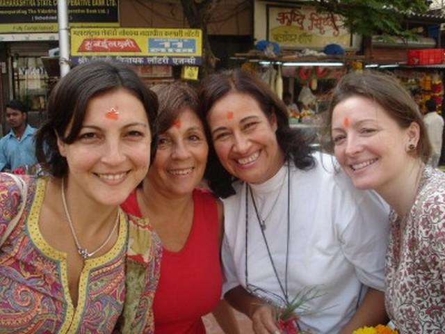 """India<br>En una mostramos a las damas del grupo con el lunar en la frente que les hicieron en la """"puja"""" del templo de Ganesh (dios hindú mitad humano y mitad elefante) en el rito del conienzo del periplo para vencer los obstáculos de nuestro viaje.<br>[Foto Ariel Lichtig]"""