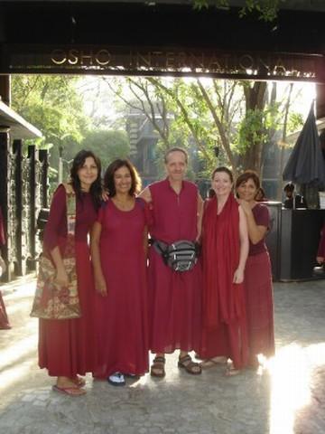 """India<br>Se nos ve con la túnica color """"maroon"""" necesaria para poder realizar las actividades en el sitio de Osho en la ciudad de Pune.<br>[Foto Ariel Lichtig]"""