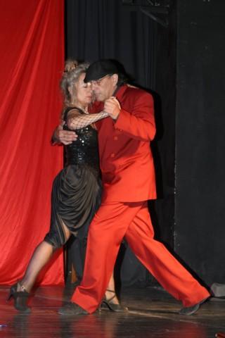 """Carlos Borquez (con Eda Fernández) en """"Luces y Sombras"""", Tango Borquez, 28nov2007, Teatro Geba [Foto Cristina Rivera]"""