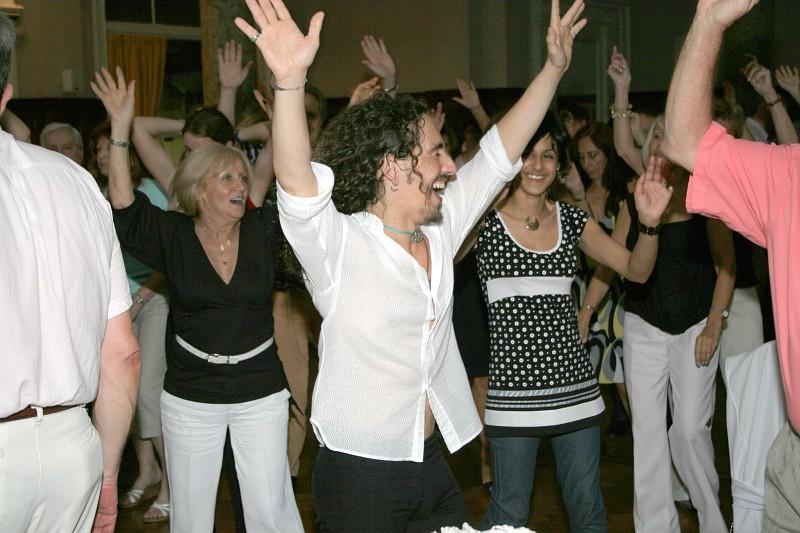 Cena y Baile viernes 28diciembre2007, en Geba San Martín [Foto Cristina Rivera].<br>Charly dirigiendo una coreo a grupo de bailadores de Geba.