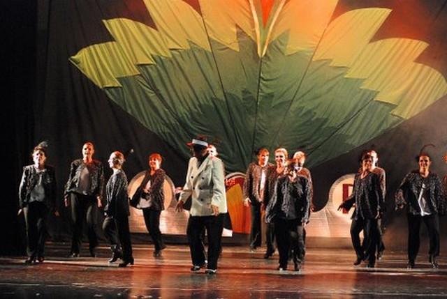 """El elenco de """"Corazones Conquistados"""" hace su alegre pasaje por el cuadro Todos en Sintonía, preparatorio del Saludo Final [Foto Antonio Fresco]"""